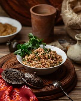 Bulgursalat mit tomaten, minze und petersilie