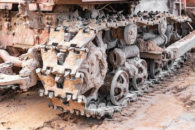 Bulldozer raupenmaschine nahaufnahme. leistungsstarke bulldozerspuren. baumaschinen für die bodennivellierung. bau schwere maschinen.