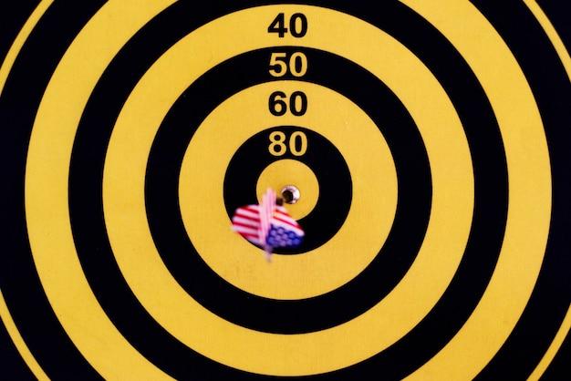 Bullseye-score auf einer dartscheibe