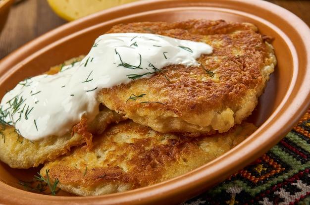 Bulviniai blynai, kartoffelpfannkuchen, litauische küche, baltische traditionelle verschiedene gerichte, ansicht von oben.