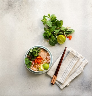 Bun bo hue, bun bo, vietnamesische rindfleischnudelsuppe scharf.