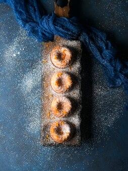Bundt-kuchen auf dunklem umhüllungsbrett vertikal