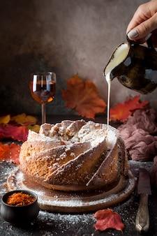 Bundt-kuchen mit safran und rum mit weißer glasur überzogen