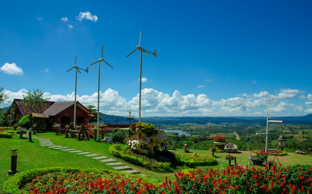 Bungalow mit wilder turbine an hängen