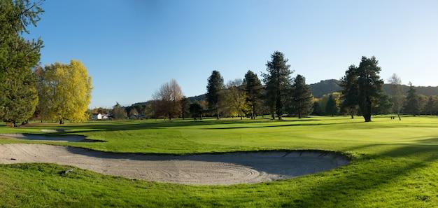 Bunker auf dem golfplatz mit bäumen