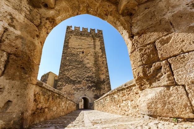 Bunol schloss außenfassade mittelalterliche straße in valencia spanien