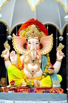 Bunt bemalte handgefertigte statue des indisch-hinduistischen lord god idol ganeshaganpati