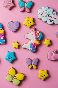 Bunt dekorierte lebkuchenplätzchen für kinder