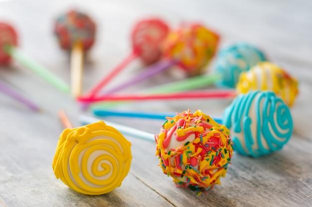 Bunt verzierte bonbons. kugelförmige bonbons mit glasur. cake pops für die geburtstagsfeier. süßwaren auf bestellung.