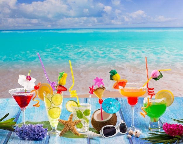 Bunt viele tropische cocktails im tropischen blauen holz