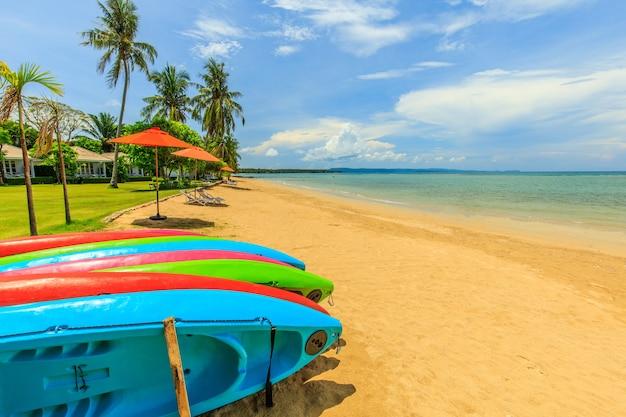 Bunt von den kajaks im tropischen strand auf koh mak-insel, trat-provinz, thailand