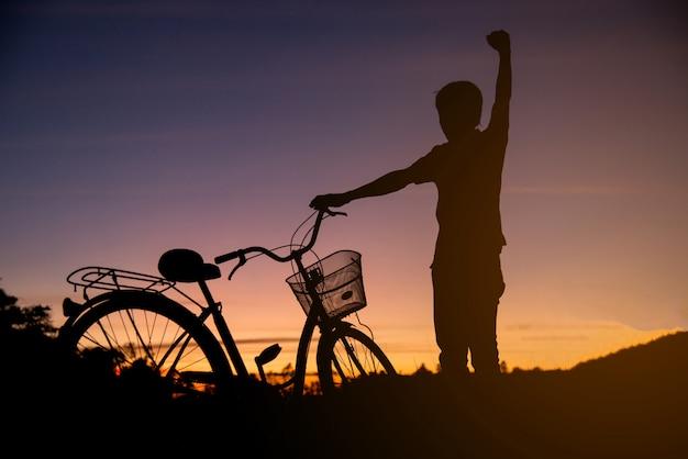 Bunt von den radfahrer- und fahrradschattenbildern