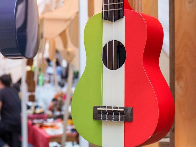Bunt von der hawaiischen ukulelegitarre mit vier schnüren