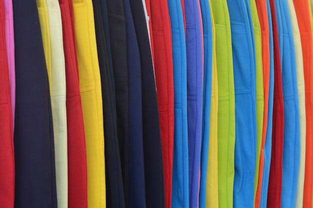 Bunt von jeanshosen für verkauf im markt