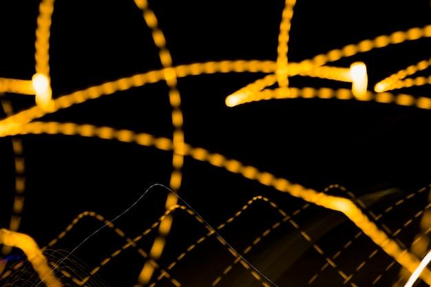 Bunte abstrakte glühende helle rotation auf schwarzem hintergrund