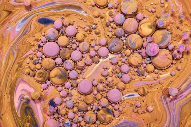 Bunte acrylblasen. flüssige kunstmarmorbeschaffenheit. hintergrund abstrakter schillernder farbeffekt. flüssiges acrylbild fließt und spritzt. mischfarben für innenplakate.