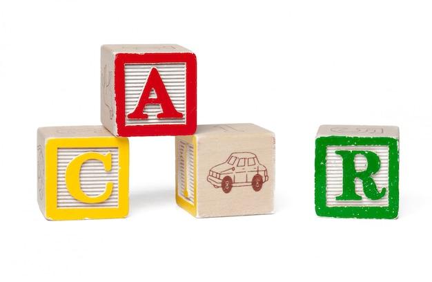 Bunte alphabetblöcke. wortauto getrennt auf weiß