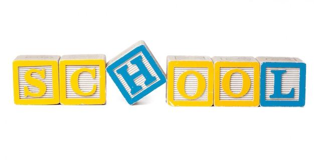 Bunte alphabetblöcke. zurück zu der schule getrennt auf weiß