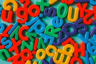 Bunte Alphabetbuchstaben auf einer Tabelle