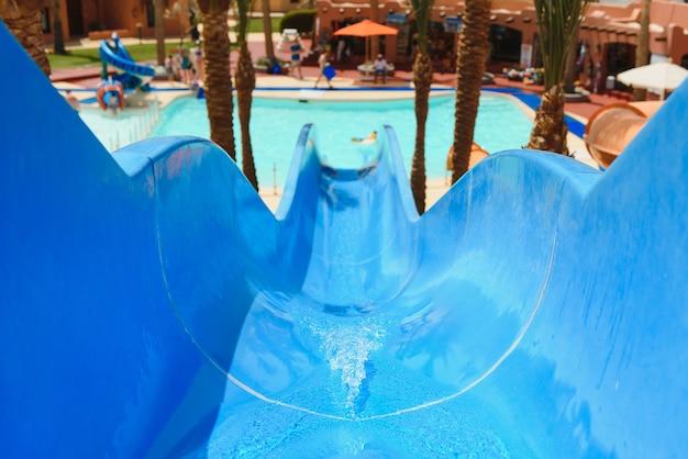 Bunte aquapark-konstruktionen im schwimmbad