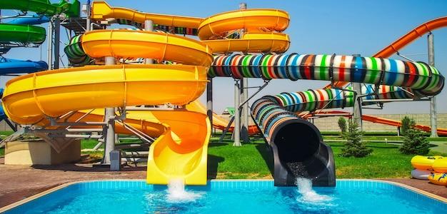 Bunte aquaparkrutsche mit pool für alle