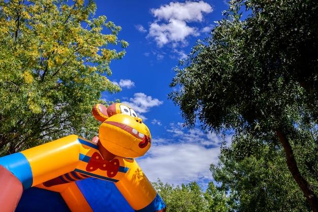 Bunte aufblasbare schlösser, damit kinder in einem vergnügungspark springen und aufprallen