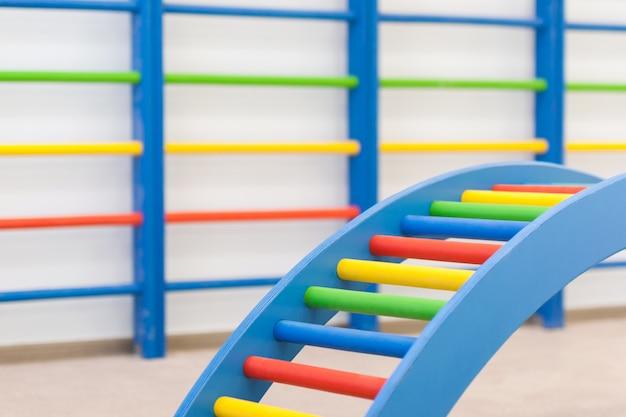 Bunte babyleitern im kindergarten