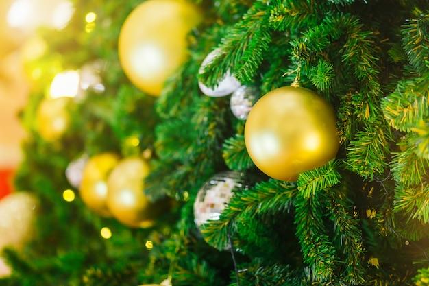 Bunte bälle auf grüner weihnachtsbaum-hintergrund dekoration während weihnachten und des neuen jahres