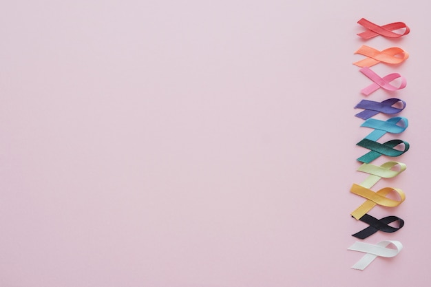 Bunte bänder auf rosa hintergrund, krebsbewusstsein