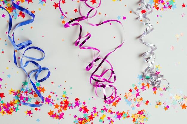 Bunte bänder und konfetti