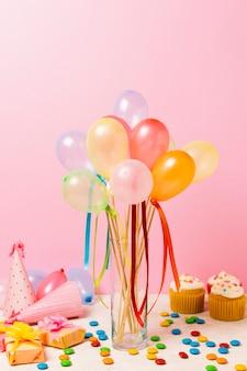 Bunte ballone auf tabelle für geburtstagsfeier