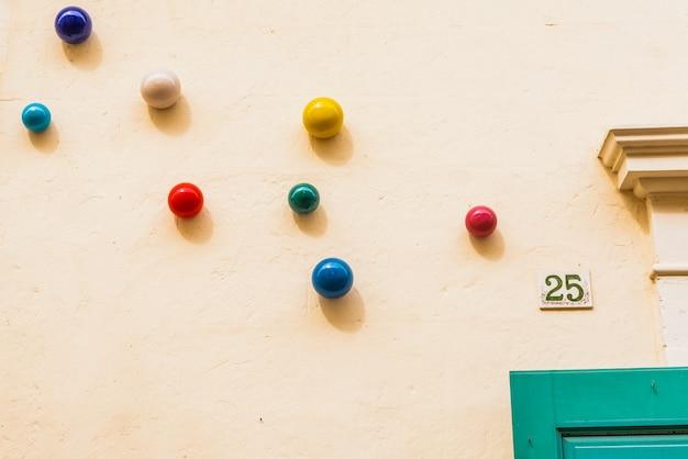 Bunte ballone, die einen pastell farbigen wandhintergrund verzieren