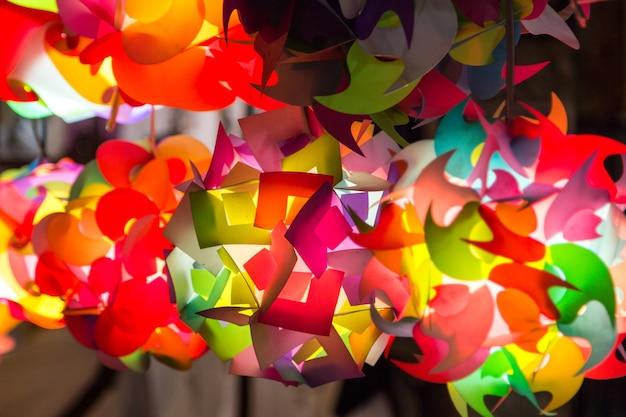 Bunte beleuchtung des handwerks vom bunten plastik