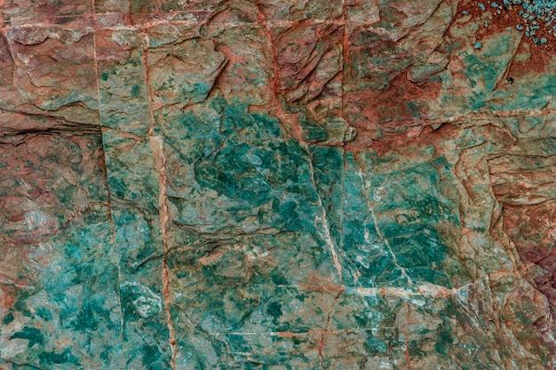 Bunte beschaffenheitsgeologie des grünen und roten felsens für beschaffenheit und hintergrund entwerfen.