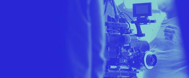 Bunte bilder des produktionsteams hinter den kulissen und der hd-videokameraausrüstung