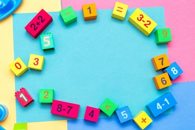 Bunte bildungsspielzeugwürfel des kinderkindes mit zahlenmathematikmuster auf dem hellen. flach liegen. kinderkind-baby-baby-konzept.