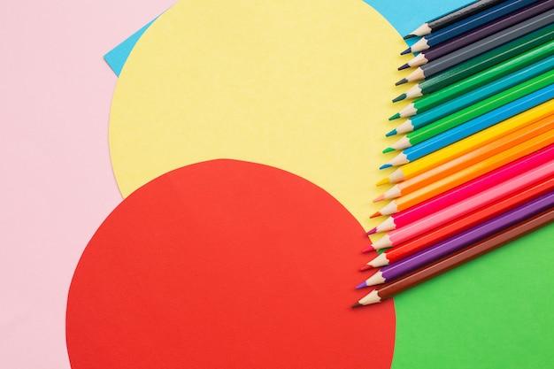 Bunte bleistifte des regenbogens auf kreativem farbigem hintergrund.