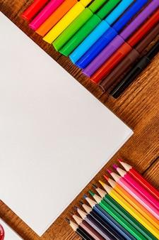 Bunte bleistiftmarkierungen mit kopienraum-notizblock sketchbook.