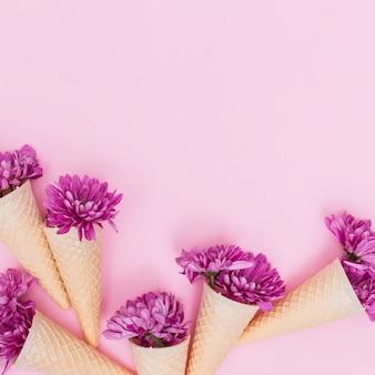 Bunte Blumen in Waffelkegeln