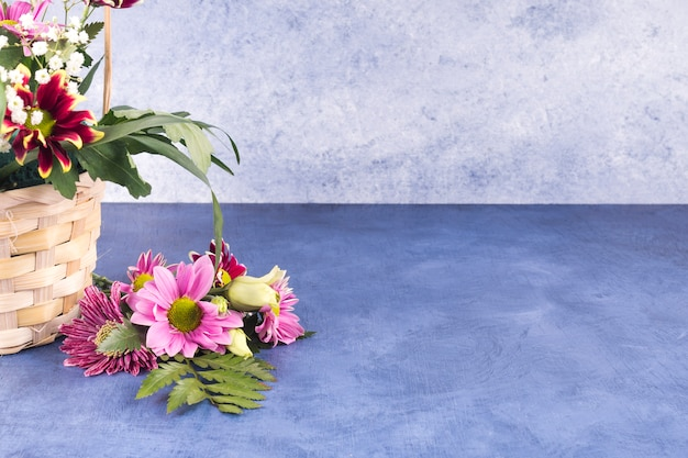 Bunte blumen und tropische pflanzen im korb