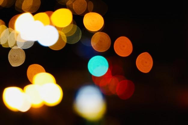 Bunte bokeh lichter auf der straße in der nacht