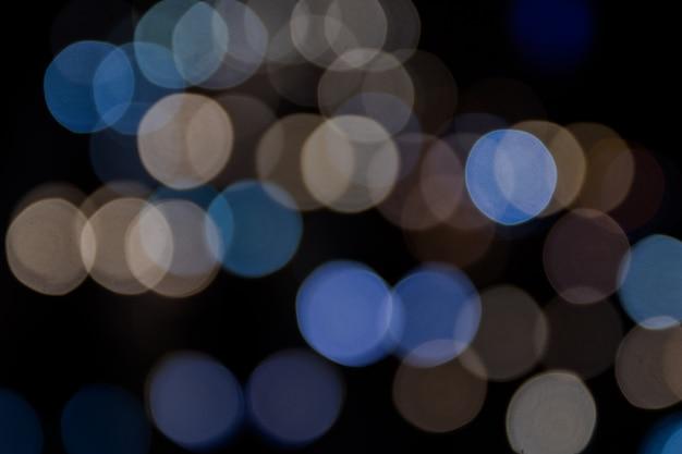 Bunte bokeh-zusammenfassung oder nachtleben des autolichtes auf der straße
