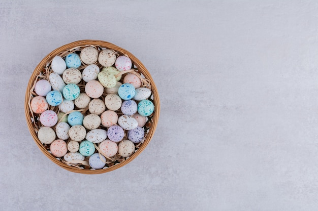Bunte bonbonkugeln aus stein in einem tablett