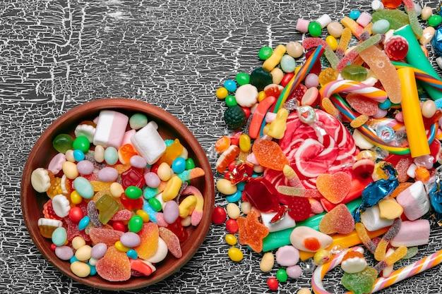 Bunte bonbons auf altem