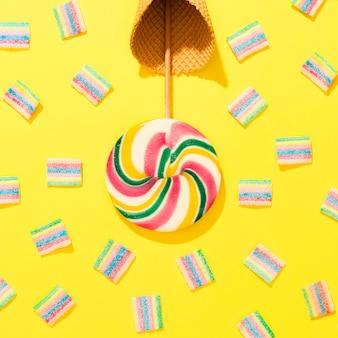 Bunte bonbons auf gelbem hintergrund