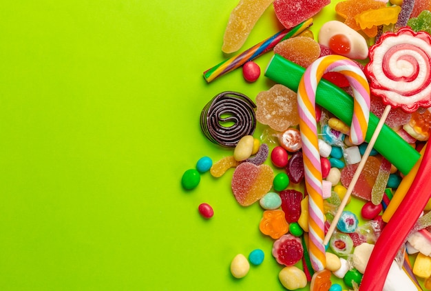 Bunte bonbons auf grün