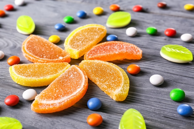 Bunte bonbons auf holztisch