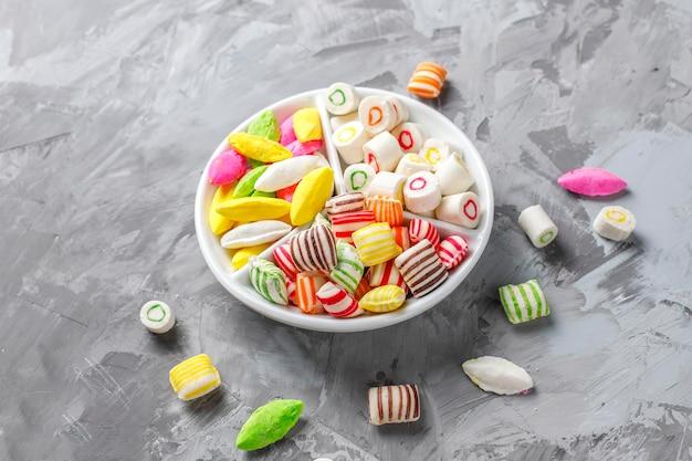 Bunte bonbons, gelee und marmelade, ungesunde süßigkeiten. Kostenlose Fotos
