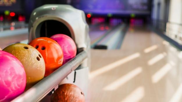 Bunte bowlingkugeln auf unscharfem hintergrund