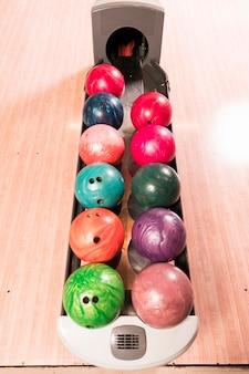 Bunte bowlingkugeln der hohen ansicht